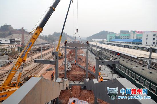 12月28日,承建赣州火车站改造工程的中铁十八局集团二公司员工正在加班加点进行新建人行天桥和新建三站台雨棚的安装作业,确保在春运前启用新的人行天桥和三站台。赣州火车站新建天桥采用新型钢结构工艺并与一、二、三号站台连接,安装有5部扶梯、3部电梯,主要为旅客进站服务。
