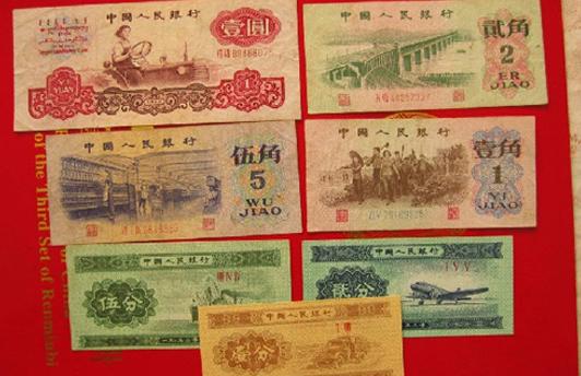 """比如第一套人民币中,其中一万元""""牧马图"""",一万元&ldquo"""